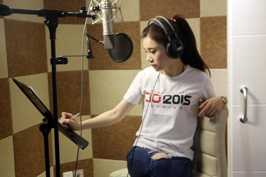 陈嘉琦在录音棚录制新歌,何种曲风引发歌迷猜想