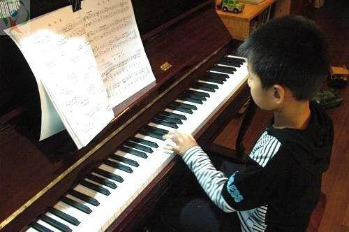 教孩子小指弹奏的方法