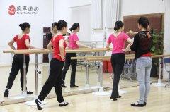 風華國韻舞蹈課中的形體訓練