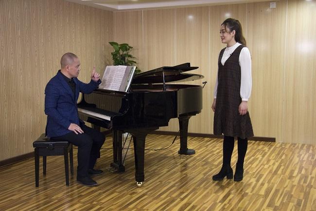 """同樣是聲樂學習,你和""""巨肺蘿莉""""譚芷昀,為什么差別那么大?"""