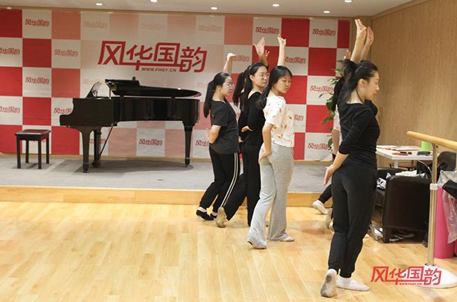 风华国韵的学子在练习形体