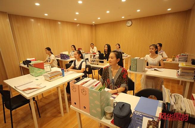 「天津市声乐培训」声乐培训时如何放松声带?